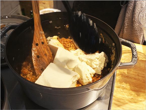 豆腐は木べらで崩して味ムラをつくるのがポイント。