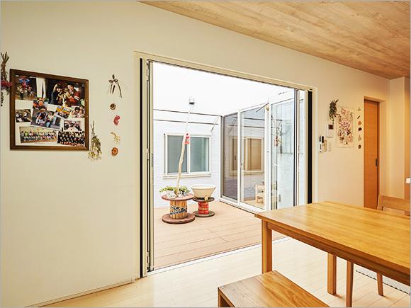 各部屋の窓から中庭の様子がわかる
