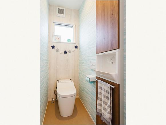 トイレは爽やかな水色の壁紙