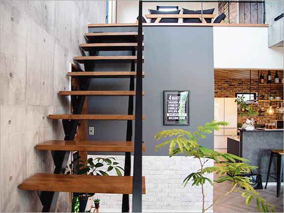 インダストリアルな雰囲気漂う鉄骨階段は、家族みんなのお気に入り