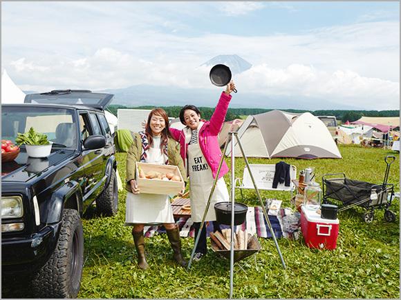 大きく広がる空と芝生が気持ちいいキャンプ場でごはんづくり。後ろには富士山が!