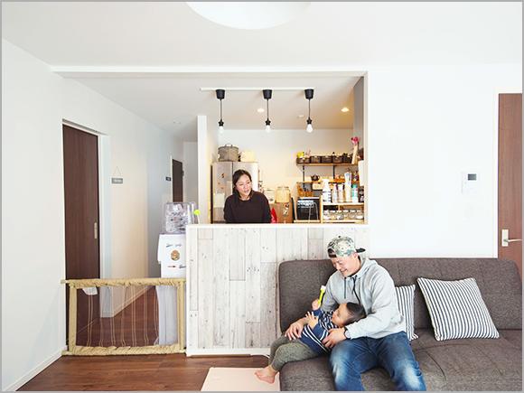2人の遊んでいる姿を見ながら料理できるオープンキッチン。
