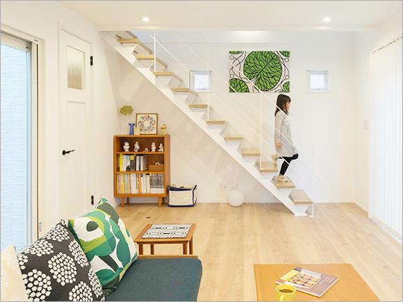 部屋のトーン、インテリアにも白のスチール階段はぴったり。