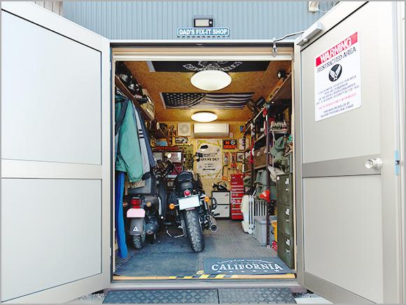 ガレージを開けると男の秘密基地。