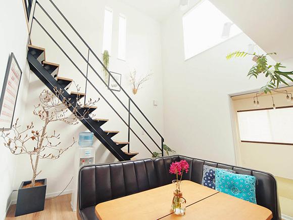 黒い鉄骨階段と吹き抜けが、空間を開放的な印象に。