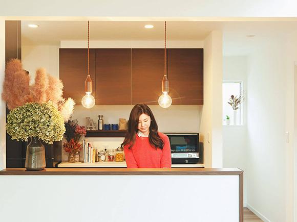 キッチン周りもドライフラワーで、品よく大人っぽい印象に。