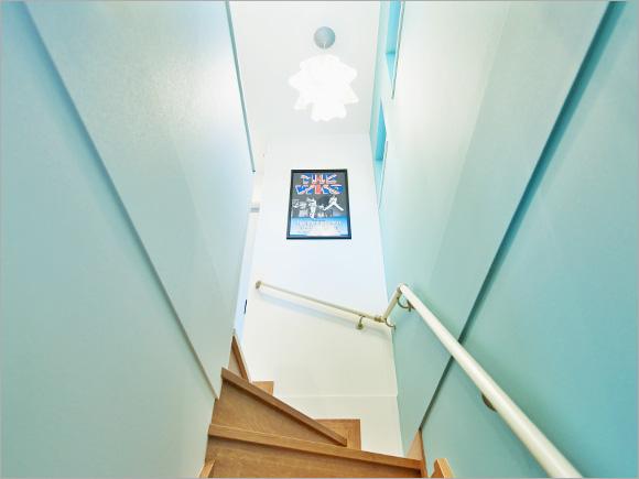 2階へ続く階段は、まるでイギリスのアパートメントのよう?
