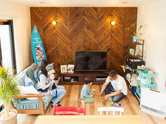 ヘリンボーンの壁材とマリンランプが、カリフォルニアテイストの家の象徴になっています。