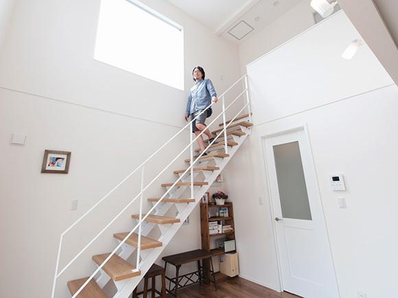 明るい吹き抜けと、白の鉄骨階段は清潔感があります。