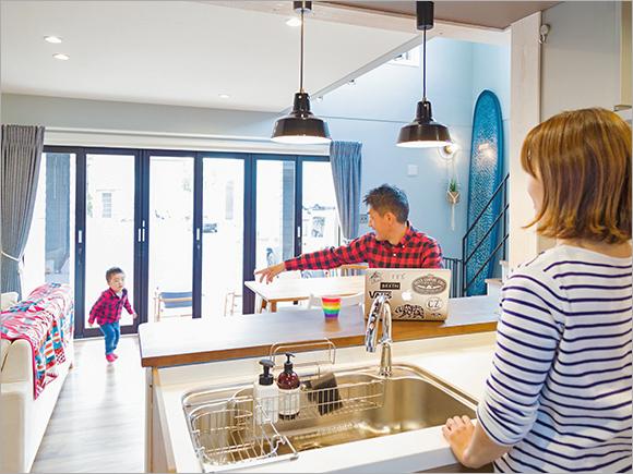 料理中でも家族のふれ合いの時間を楽しめる、対面キッチン。
