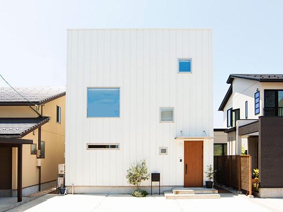シンプルなキューブ型の外観は、街中でも目を引きます。