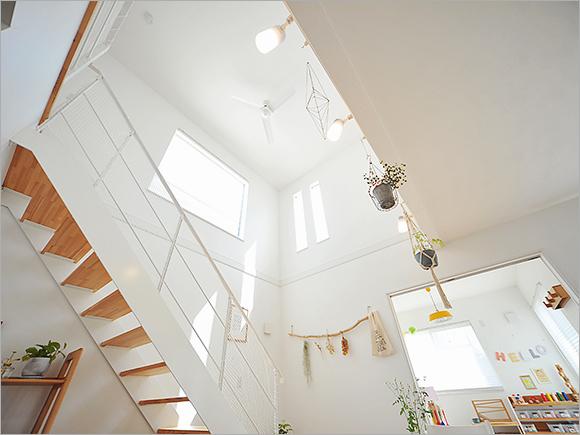 吹き抜けの2階からは気持ちいい光が差し込む。