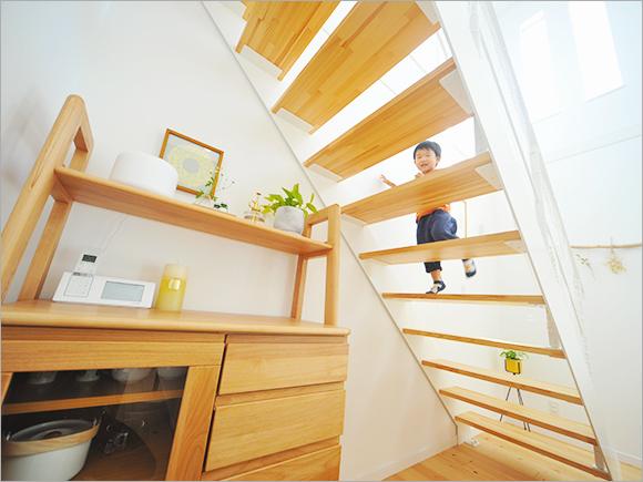階段を上って2階の「子ども図書館」に向かいます。