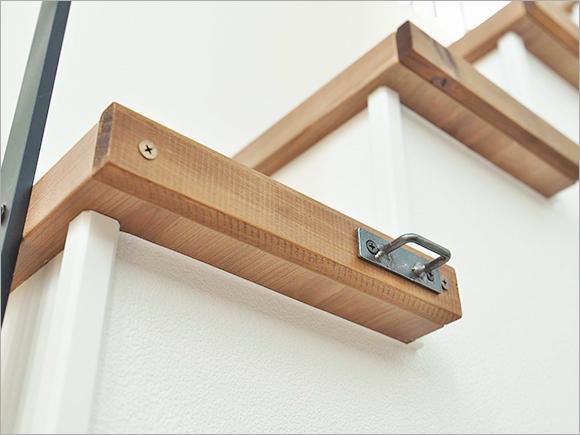 階段の側面に木を貼るDIYでウッドな質感をアップ