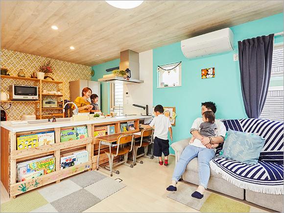 木材とポップな壁紙が調和したリビング