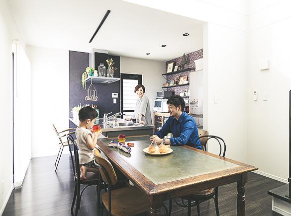 キッチン横のダイニングテーブルは、家族の憩いの場所