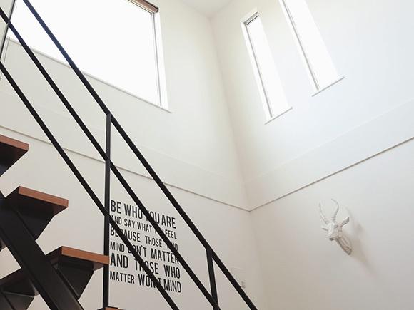 スチール階段はインテリアに合わせて黒を選択。