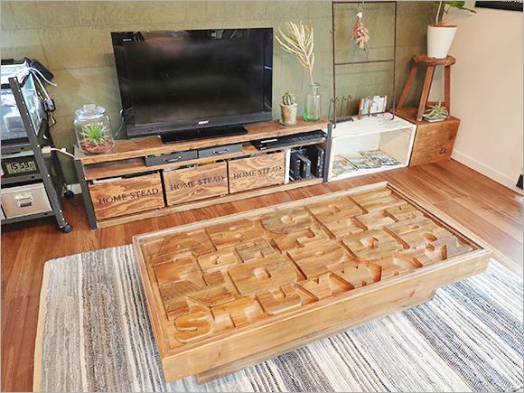 奥のテレビボードもDIY。珍しいデザインのローテーブルは一目惚れして買ったもの。