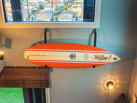 念願のサーフボードを壁に飾って。