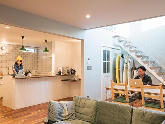 キッチンまわりはあえて白に。
