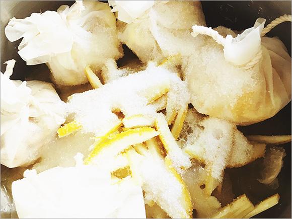 レモンと日向夏は皮ごとお鍋の中へ。