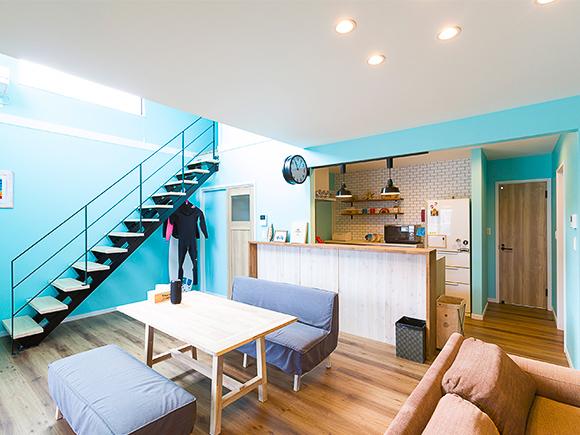 1階は海のイメージに合わせて、水色の壁紙で統一。