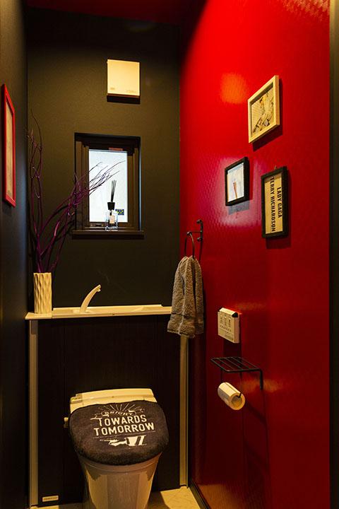 1階のトイレ。『千と千尋の〜』の世界観は諦めてもらい、エキゾチックな空間に!