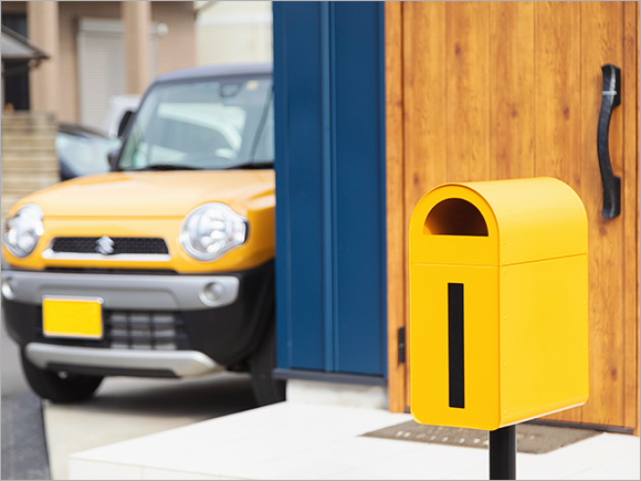 車とおそろいの黄色いポスト