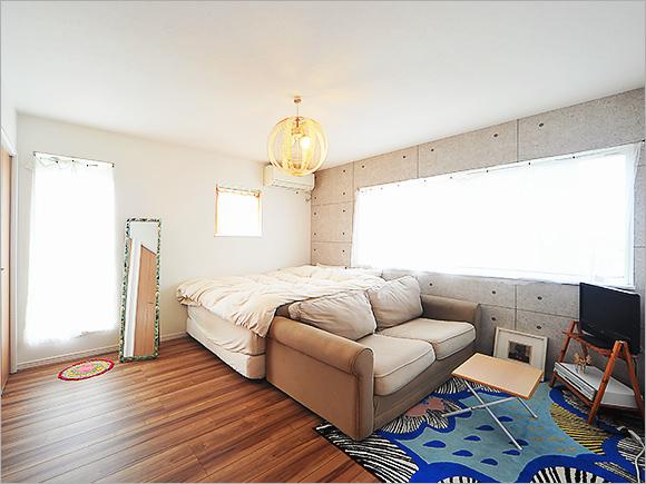 寝室には落ち着いたトーンの壁紙をチョイス。