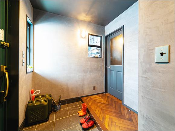 玄関とリビングの空間を分けるためにドアを設置。