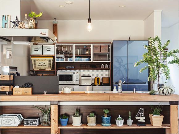 DIY(1)木材でカバーしたカウンター、DIY(2)ディアウォールで取り付けた棚。