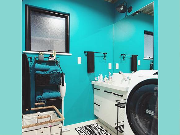 ビビットカラーが特徴的な洗面スペース