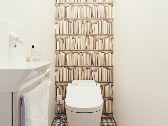 トイレはご主人の希望で本棚の壁紙をチョイス!