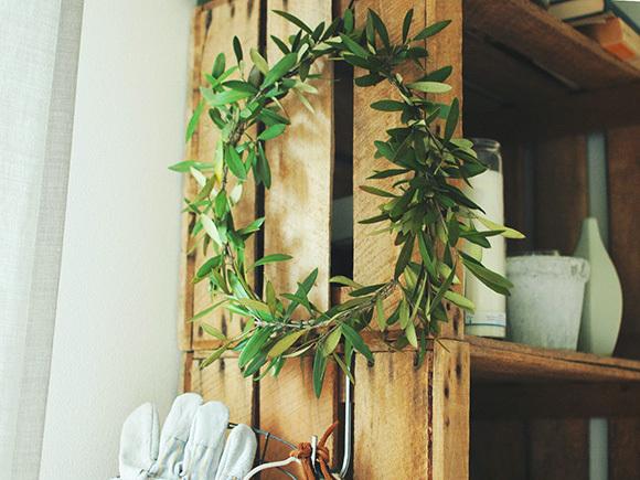 お花屋さんでみつけたオリーブの枝でつくったリース。