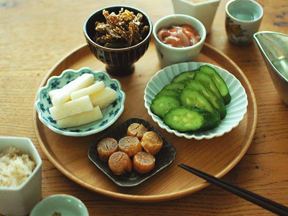 日本酒のあてを小皿に盛り付けて