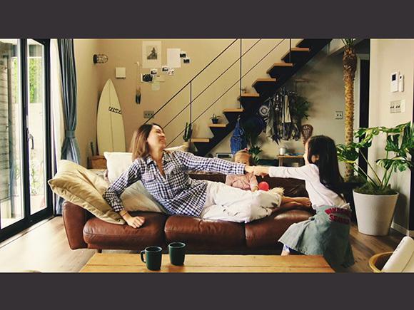 ムービーのワンシーン。リビングの大きなソファが印象的です。