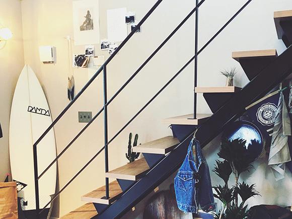階段スペースは、アウトドアグッズと写真をレイアウト。
