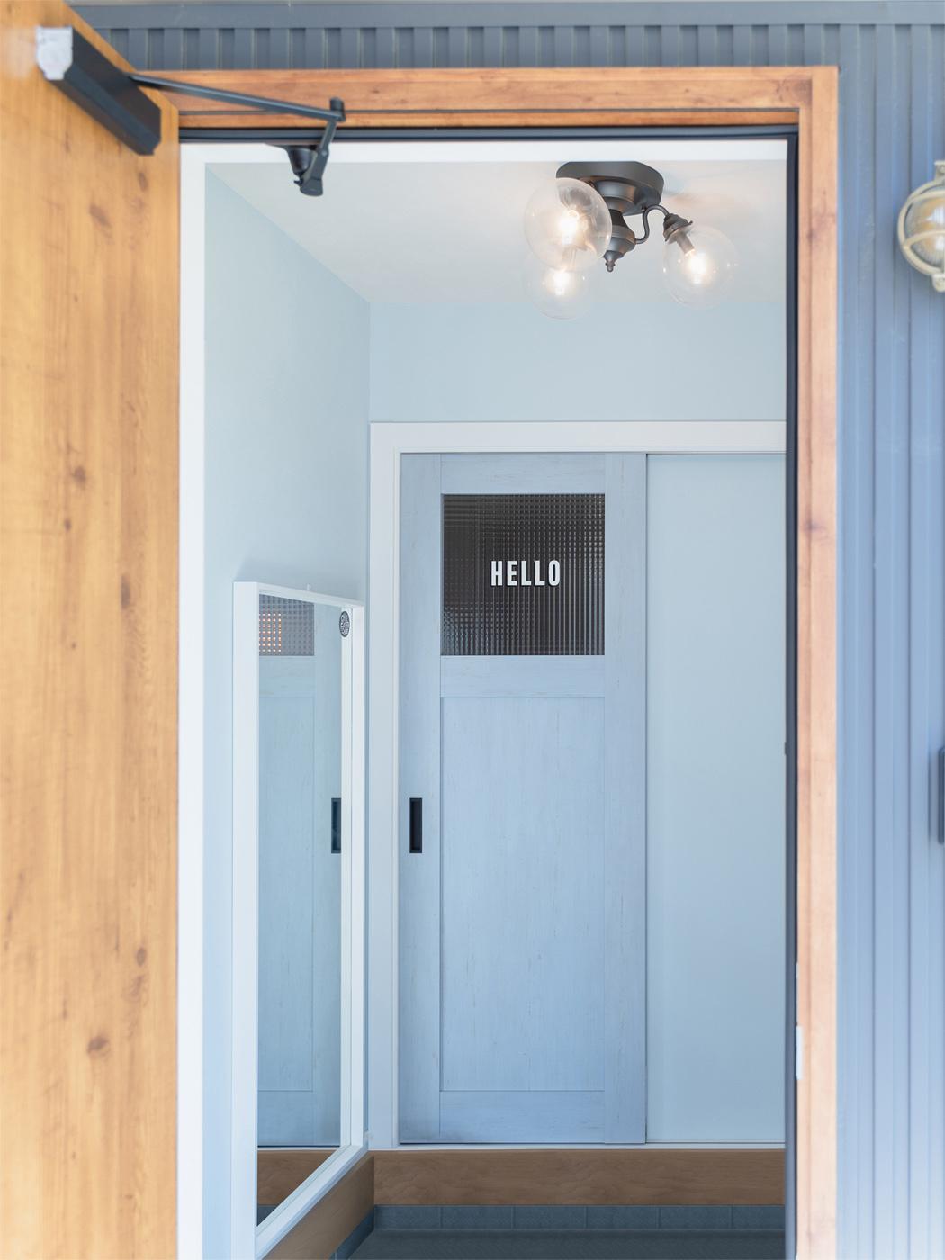 玄関には、お客様を出迎える「HELLO」のペイントが。