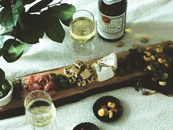 横長のカッティングボードでワインのおつまみを