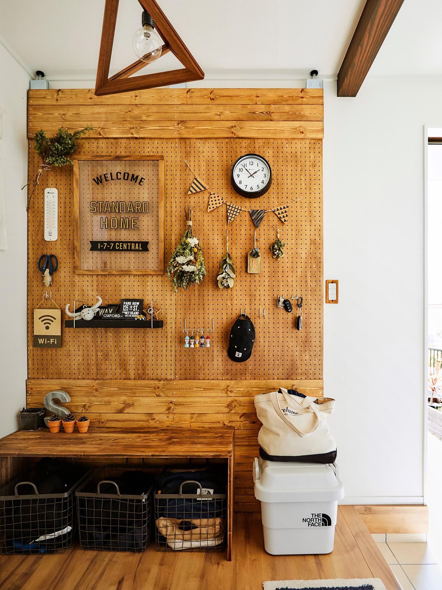 有孔ボードと角材を組み合わせた、手作りのウォールが玄関でお客様をお出迎え。