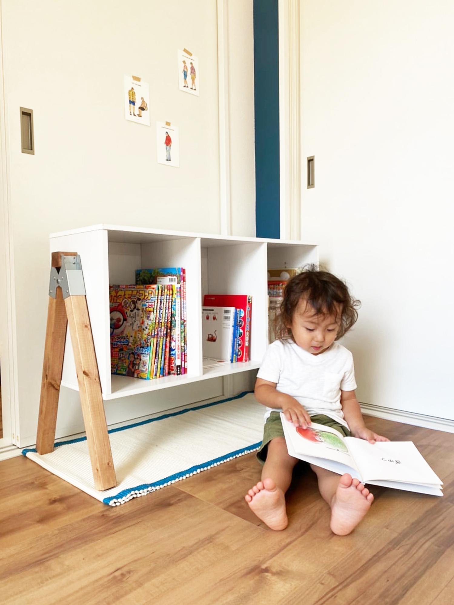 お子様の絵本が収納できる手作りの本棚。