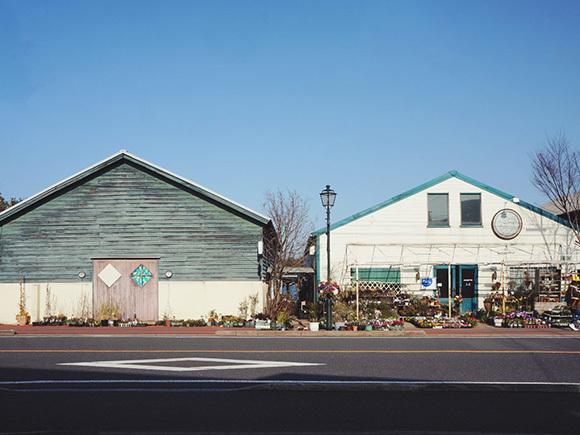 青と白のかわいい木造倉庫・・・