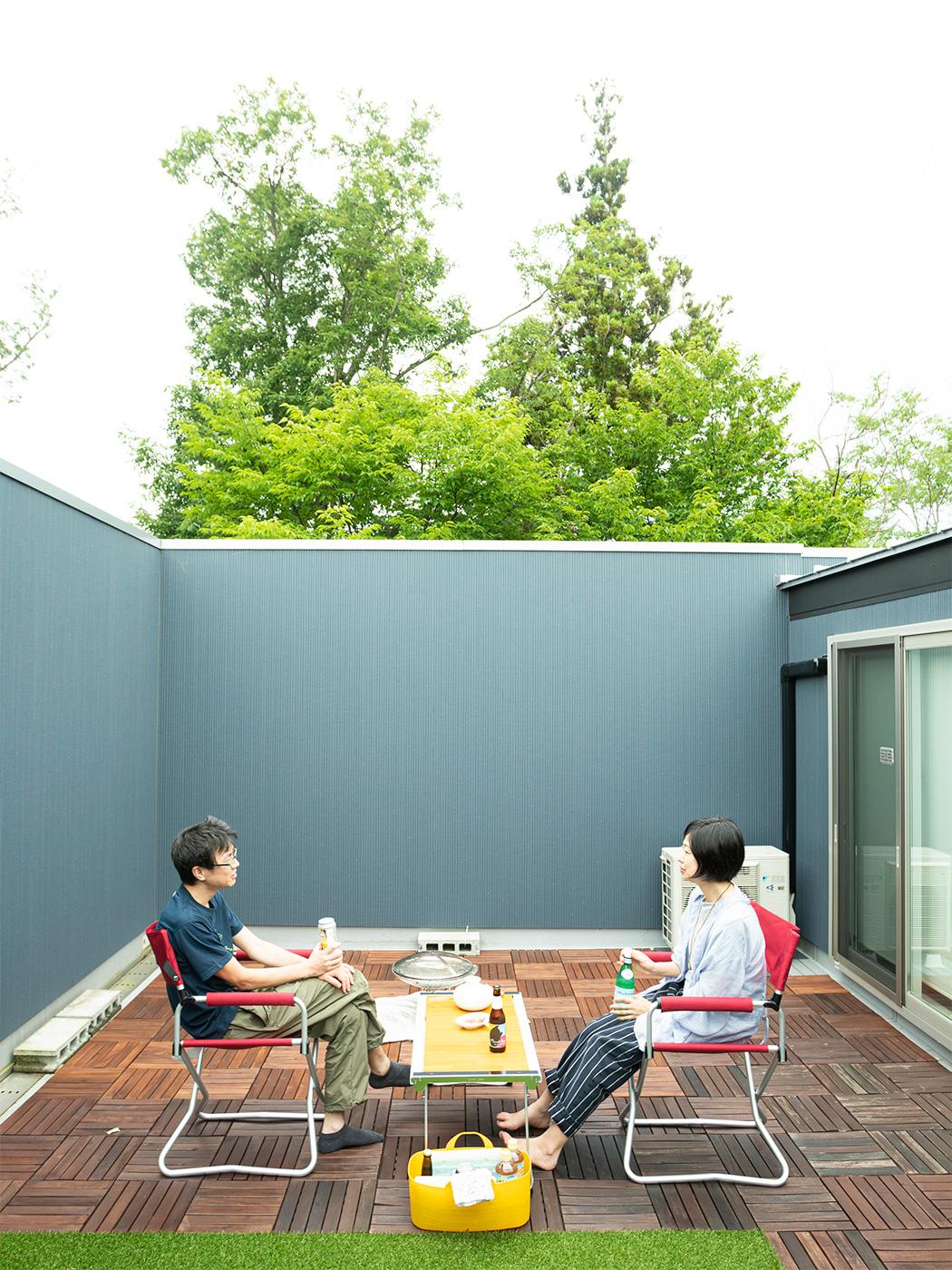 屋上は夫婦でゆっくり過ごすのにちょうどいい場所。ここでBBQを楽しむことも。
