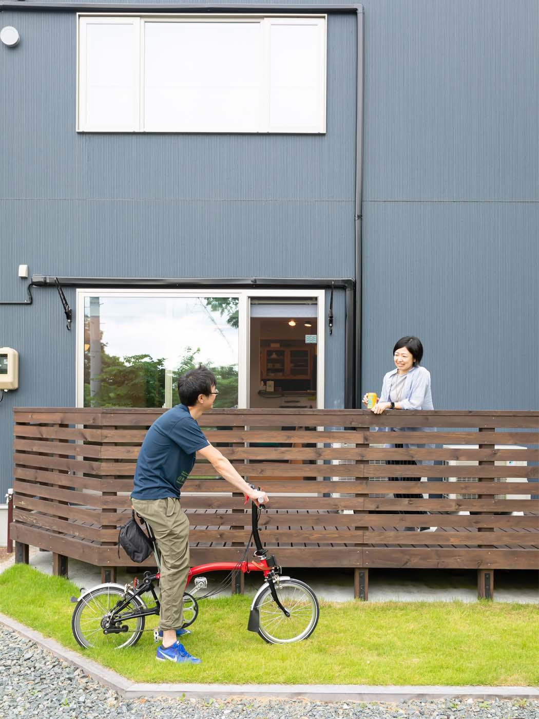庭につながる、開放的なウッドデッキ。自転車はご夫婦の共通の趣味。