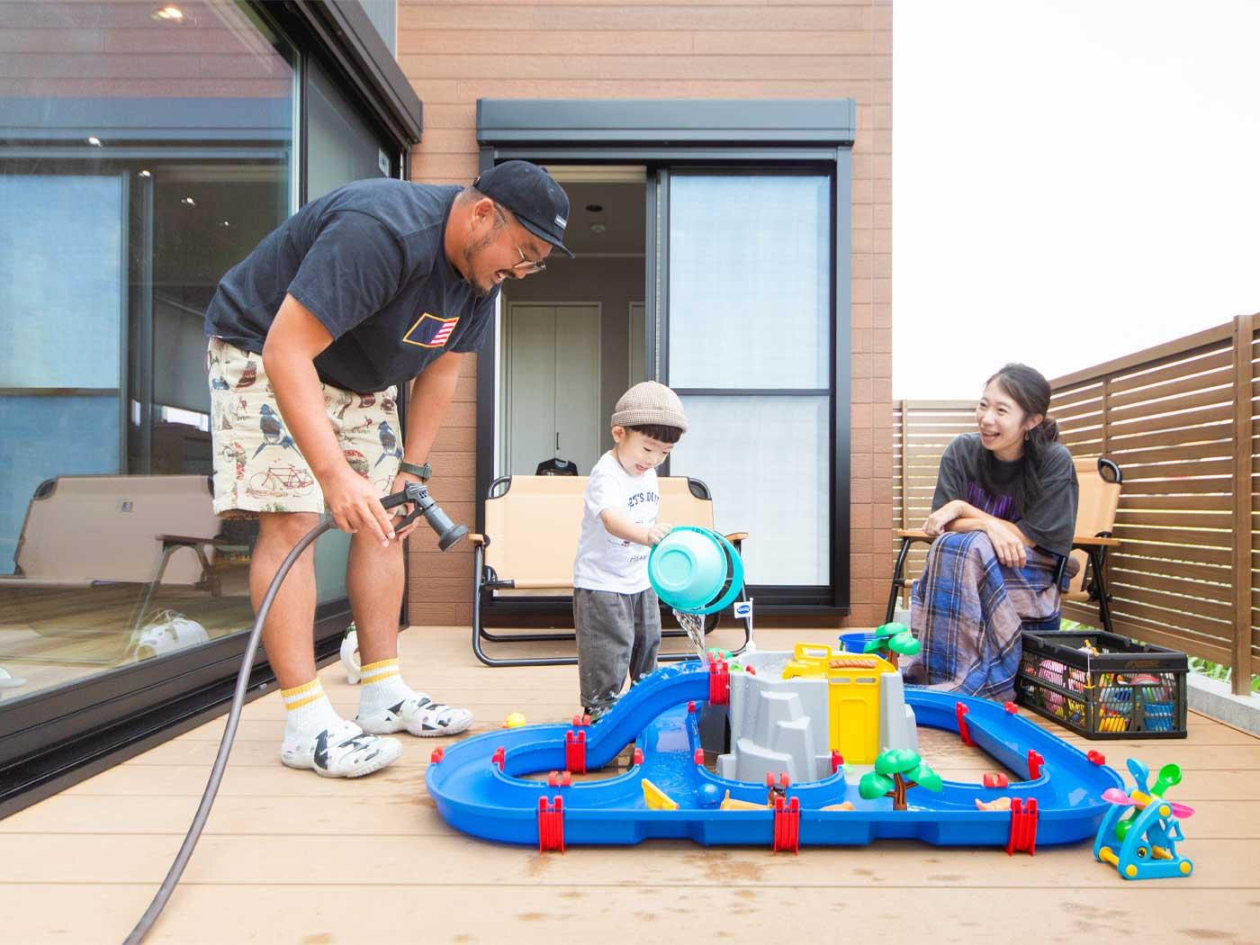 広々としたウッドデッキは、お子さんの遊び場にもぴったり。