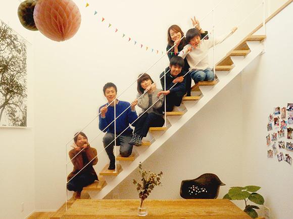 K様ファミリーこだわりのスチール階段で記念撮影。