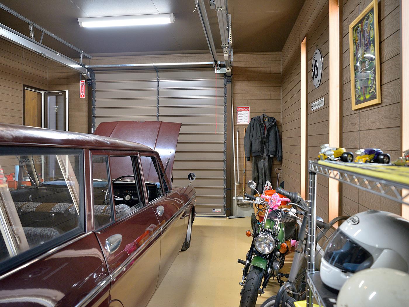 ガレージは家の家の中からも行き来が可能。