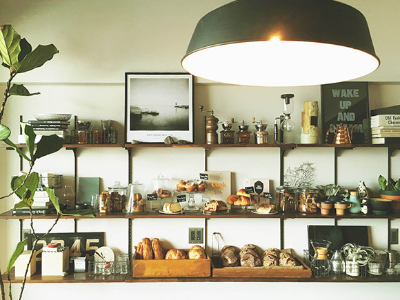 カフェをイメージした壁棚のスタイリング