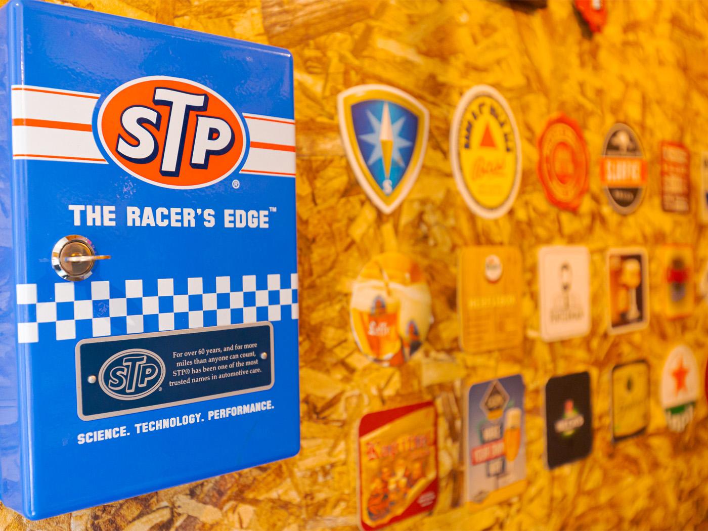 シューズクロークの壁はOSB合板。ガレージテイストな壁にアメリカンな雑貨がマッチ。