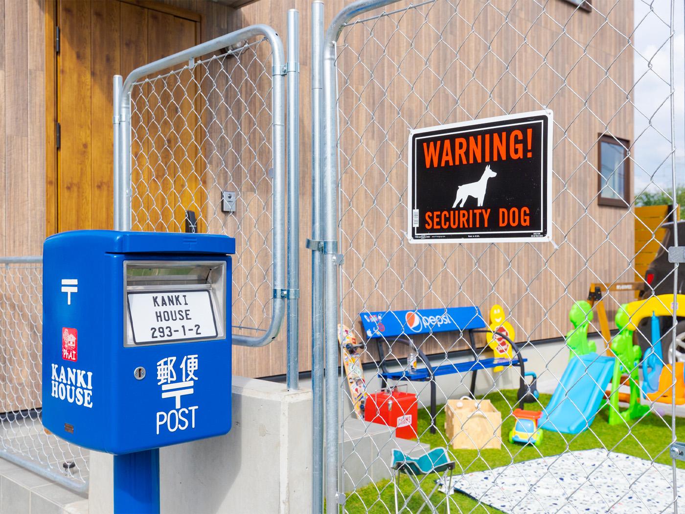 アメリカンフェンスに合わせ、郵便ポストもアメリカ仕込みのブルーに塗装。